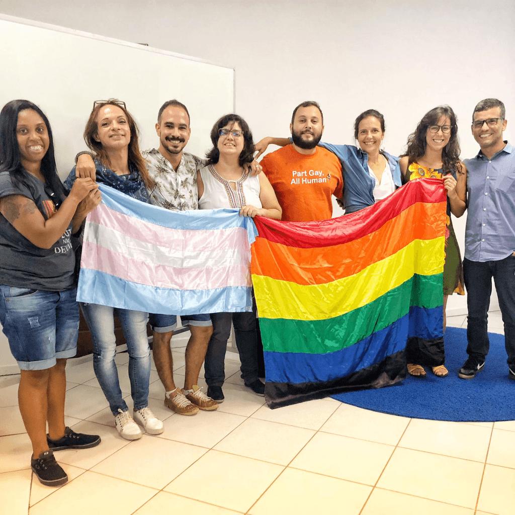 Equipe Micro Rainbow Brasil segurando as bandeiras LGBTI